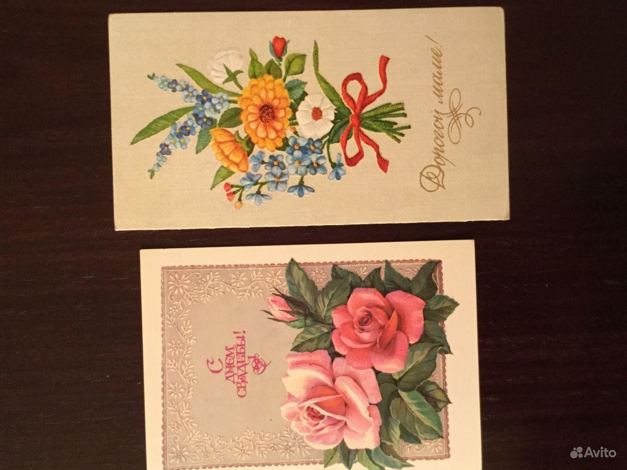 Продает открытки