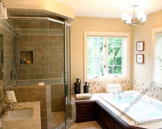 интерьер большой ванной комнаты с окном