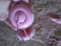Розовые наушники с микрофоном для блондинок